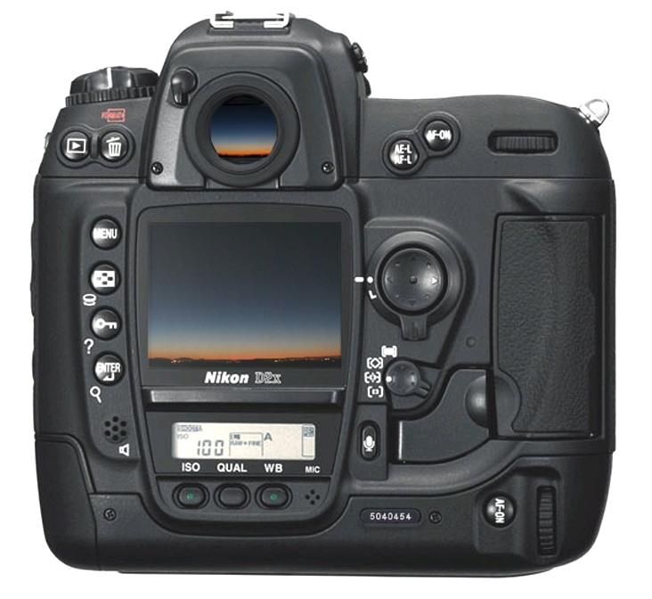 Du soufflet d Eastman d avant-guerre au réflex digital de l an 2000 (ici un  Nikon D2x vendu en 2005 à 4500 € optique comprise), les progrès de ... 564511f84985